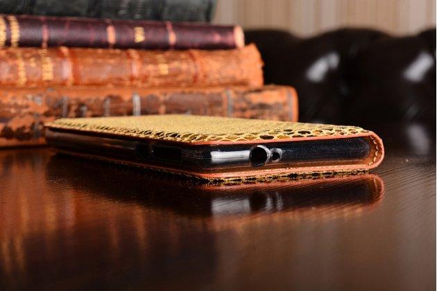 Роскошная экзотическая книжка с фактурной отделкой натуральной кожи с объёмным 3d изображением змеи желтый для  nokia 3. только в нашем магазине. количество ограничено